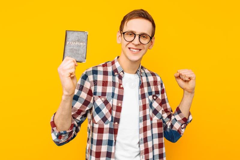 Mannen med ett pass i hans händer, grabben fick ett pass arkivfoto
