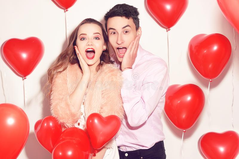 Mannen med hans älskvärda älsklingflicka chockade Väns valentindag Valentine Couple Koppla ihop förvånat, jätteglat, rabatter royaltyfria foton