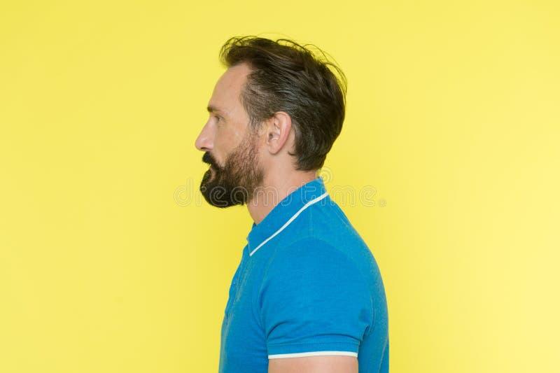 Mannen med skägget har riktig ställing Sportig livsstil och riktig näringhjälp som håller ungdom även på den mogna åldern Sunt arkivbilder