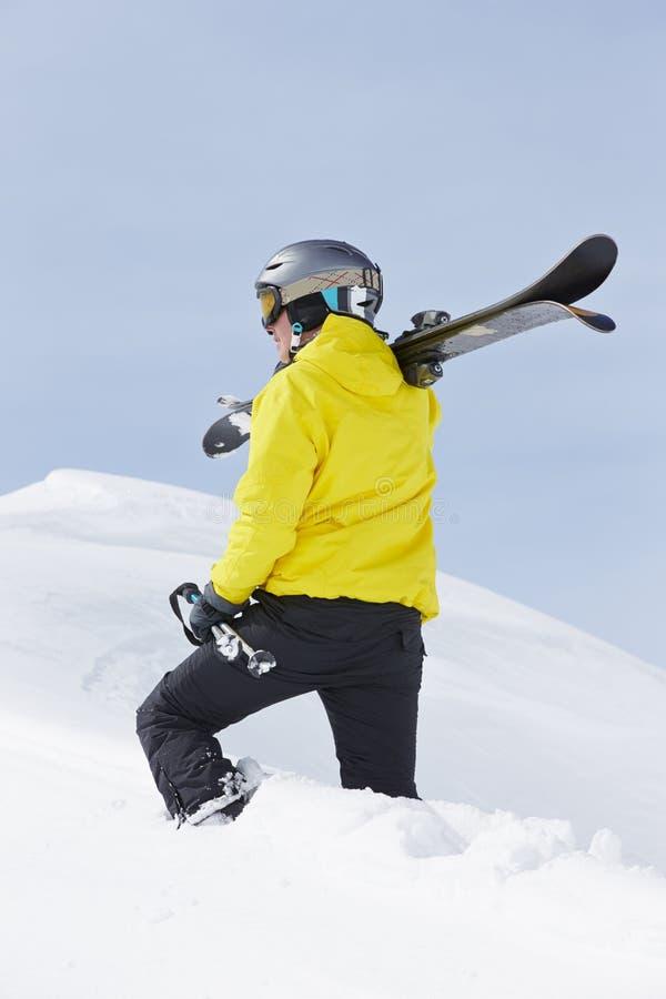 Mannen med skidar på ferie i berg royaltyfri foto