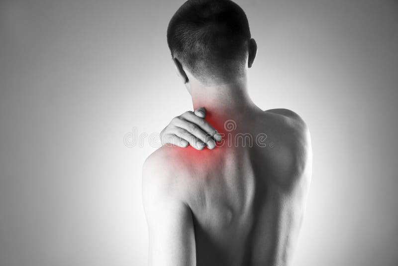 Mannen med smärtar i skuldra Smärta i människokroppen arkivfoto