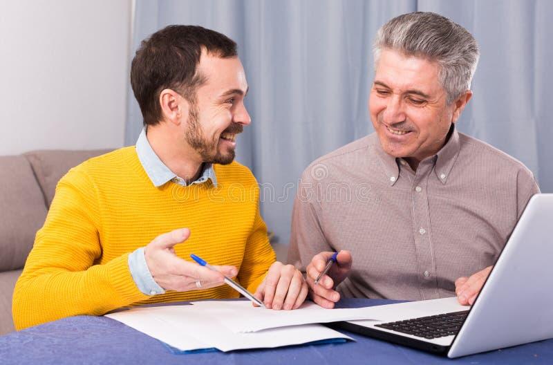 Mannen och försäljningschefen diskuterar avtalet royaltyfria foton