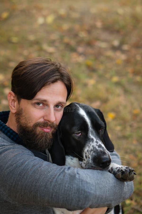 Mannen och hunden i höst parkerar royaltyfria foton