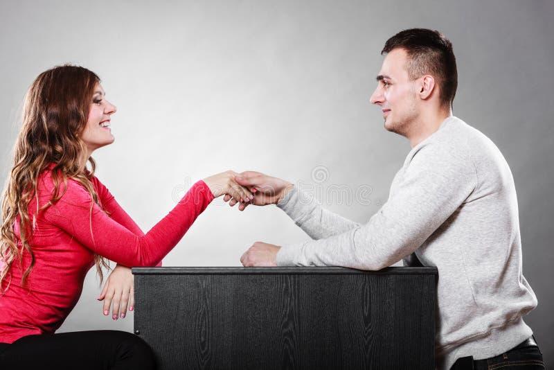 Mannen och kvinnan daterar först Handskakninghälsning arkivbilder