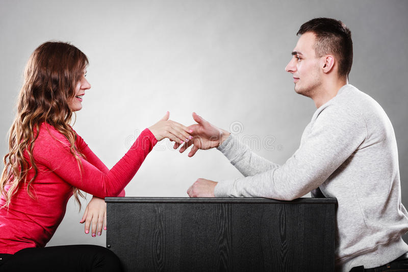Mannen och kvinnan daterar först Handskakninghälsning royaltyfri fotografi