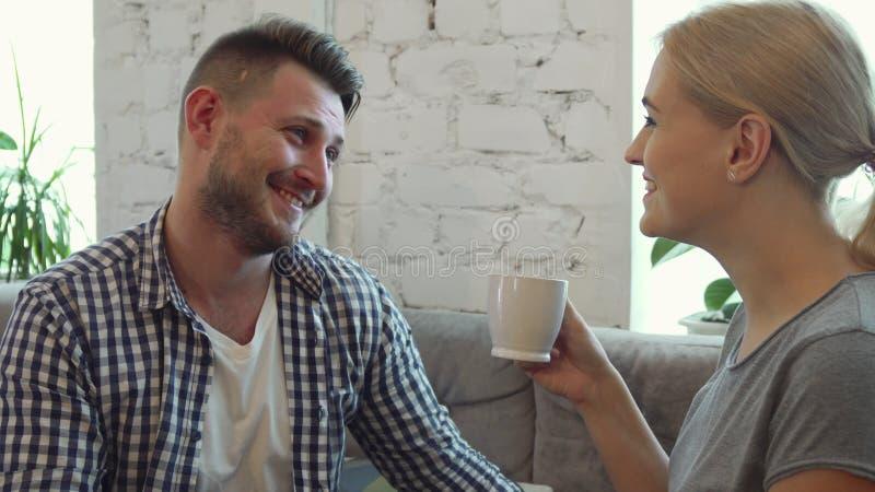 Mannen och kvinnan dricker kaffe på kafét royaltyfri foto
