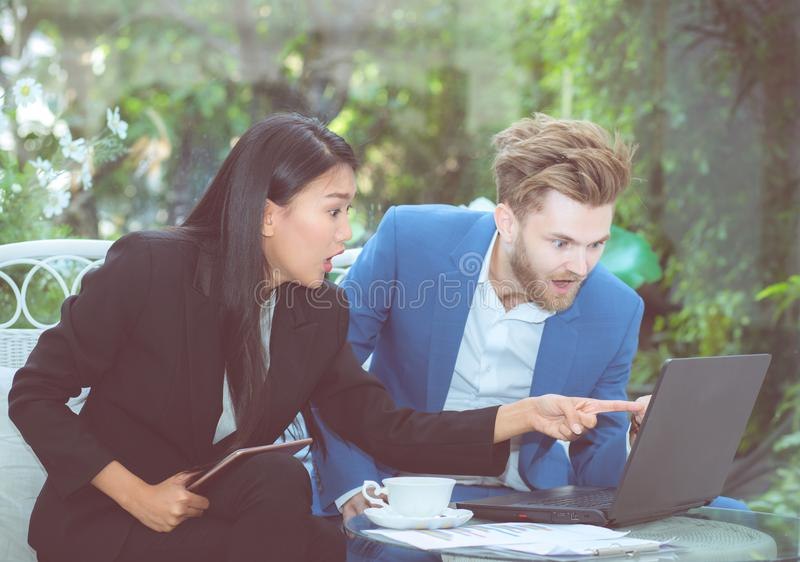 Mannen och kvinnan för affär två med bärbara datorn fotografering för bildbyråer