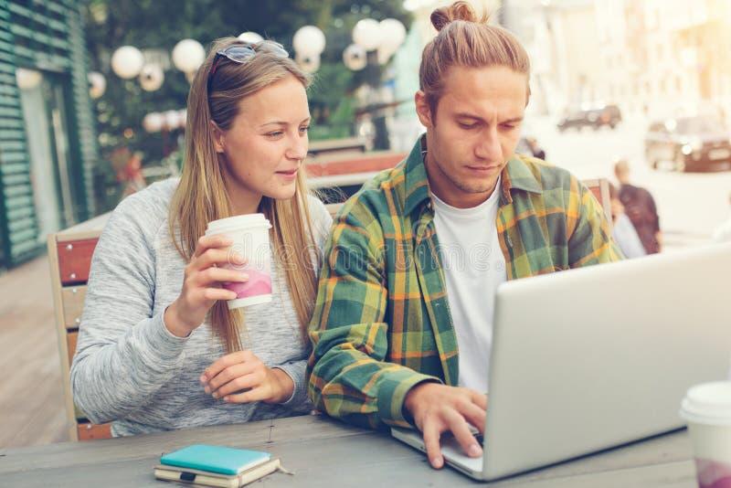 Mannen och kvinnan har mötet i kafé, unga affärsidéer royaltyfri foto