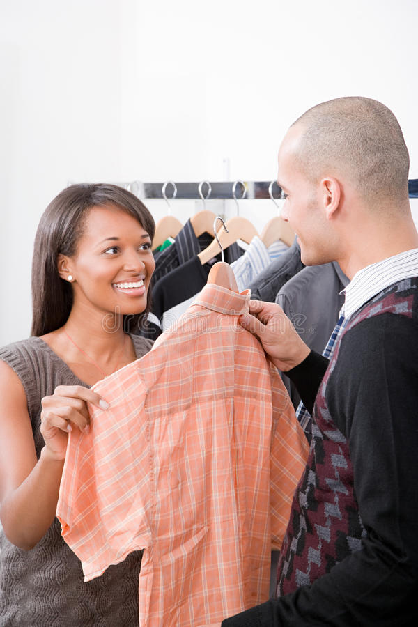 Mannen och kvinnan i kläder shoppar arkivfoton