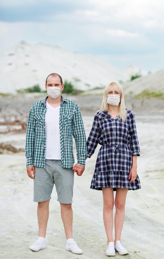 Mannen och kvinnan i respiratorer Skydd mot virus arkivfoton