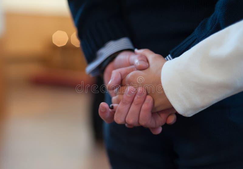 Mannen och kvinnan rymmer sig händer Par arkivbilder