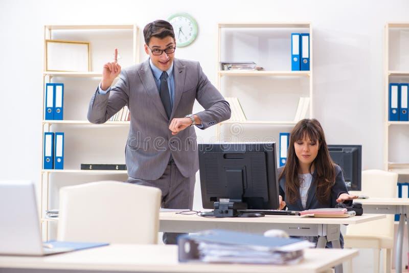Mannen och kvinnan som arbetar i kontoret fotografering för bildbyråer