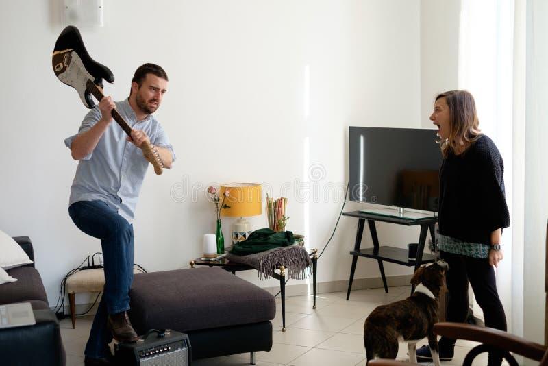 Mannen och kvinnan som tillsammans bor och har ett stort, grälar fotografering för bildbyråer