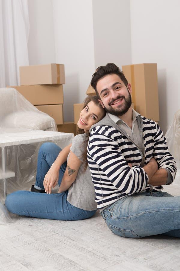 Mannen och kvinnan tröttade, når de har förberett sig till förflyttning till en nyligen köpt lägenhet arkivbild