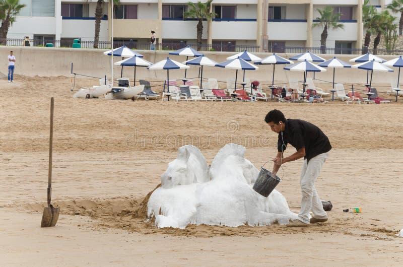 Mannen på stranden av Marocko arkivfoton