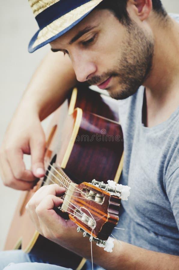 Mannen plays gitarren royaltyfri foto