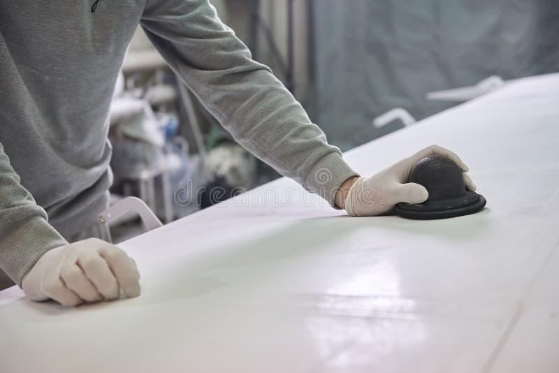 Mannen polerar den vita plattan fotografering för bildbyråer