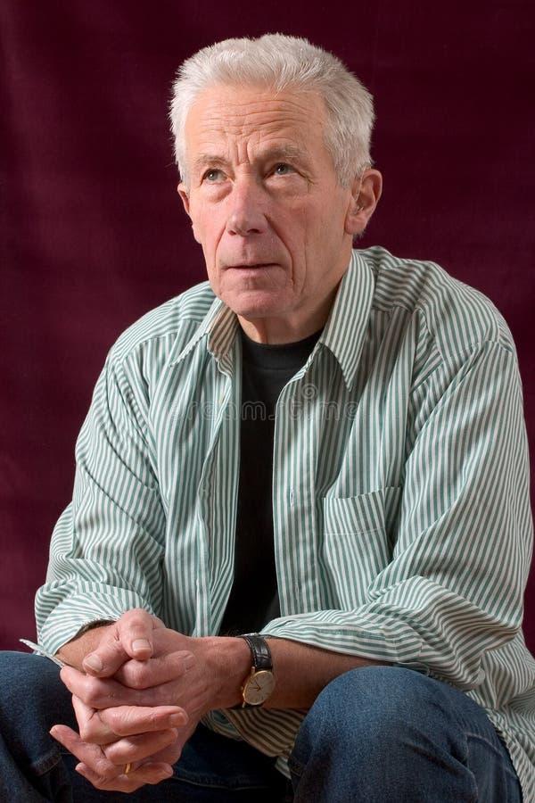 mannen poserar avkopplad hög sitting arkivfoton