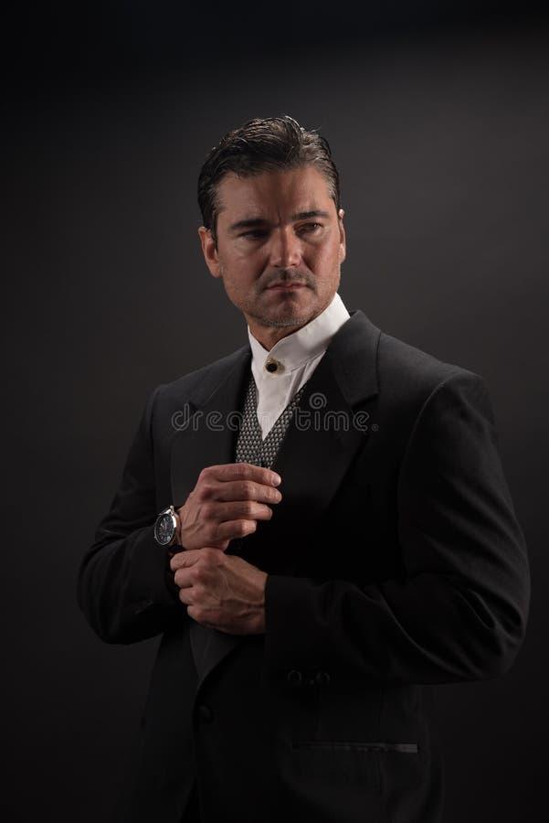 Mannen poserar för kameran arkivbilder