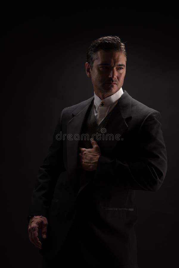 Mannen poserar för kameran royaltyfri bild