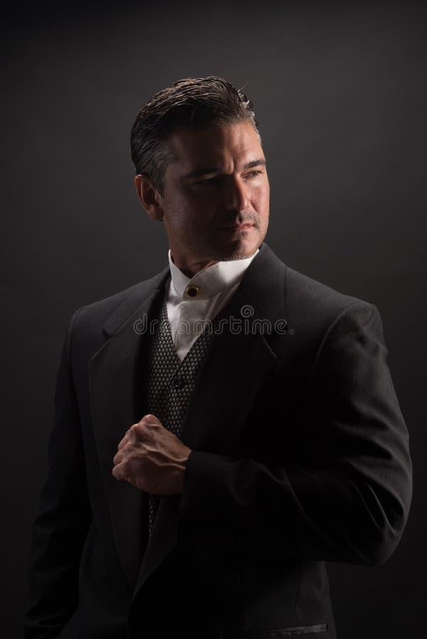 Mannen poserar för kameran arkivfoton