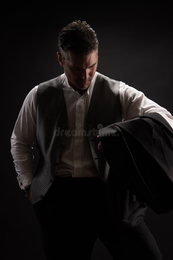 Mannen poserar för kameran royaltyfria foton