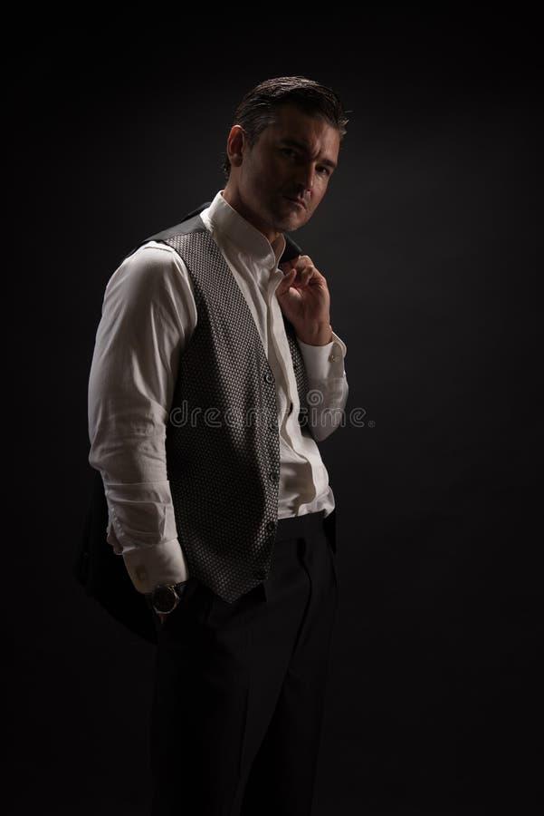 Mannen poserar för kameran fotografering för bildbyråer