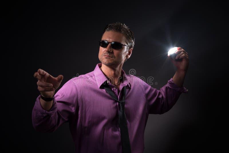 Mannen poserar för kameran arkivbild