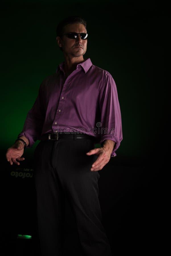 Mannen poserar för kameran arkivfoto