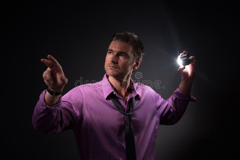 Mannen poserar för kameran royaltyfria bilder