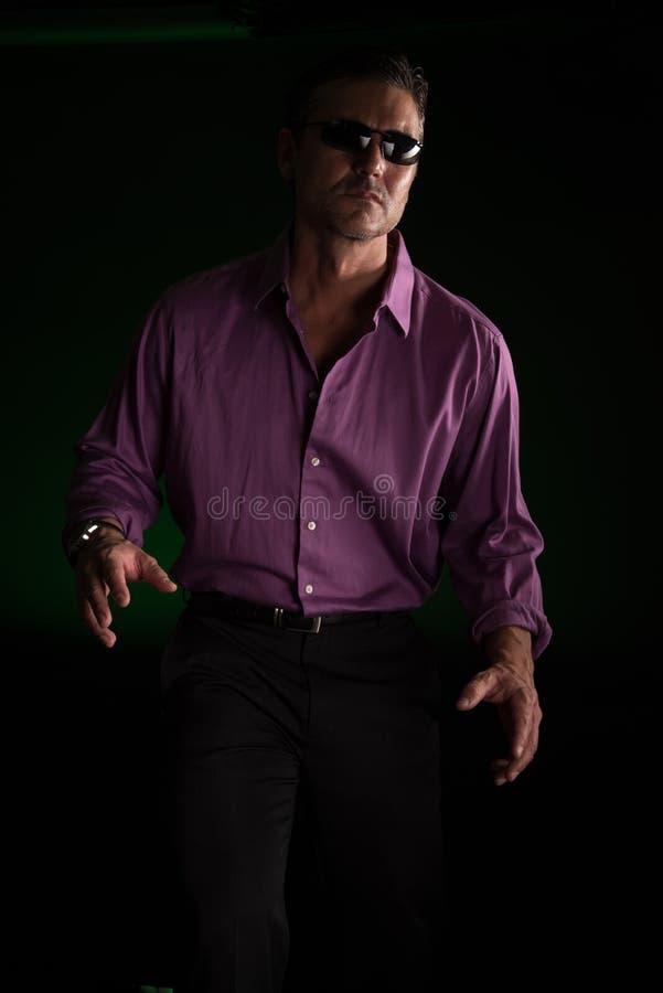 Mannen poserar för kameran royaltyfri fotografi