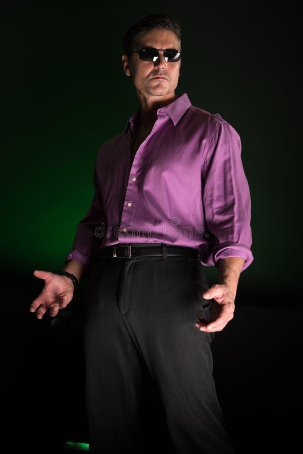 Mannen poserar för kameran royaltyfri foto
