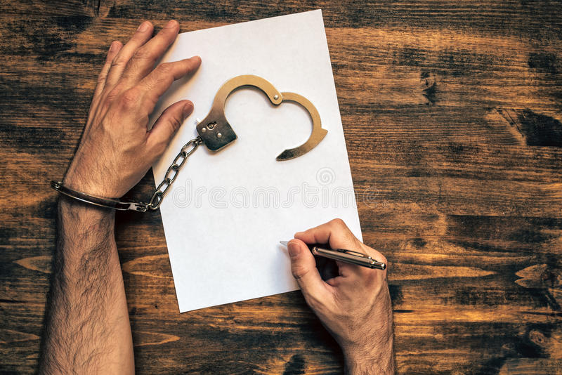 Mannen räcker örfilad upp undertecknande bikt, bästa sikt arkivbilder