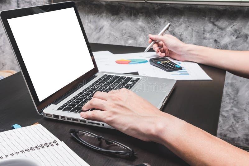 Mannen räcker arbete på bärbara datorn med dokumentet Begrepp för affär arkivfoton