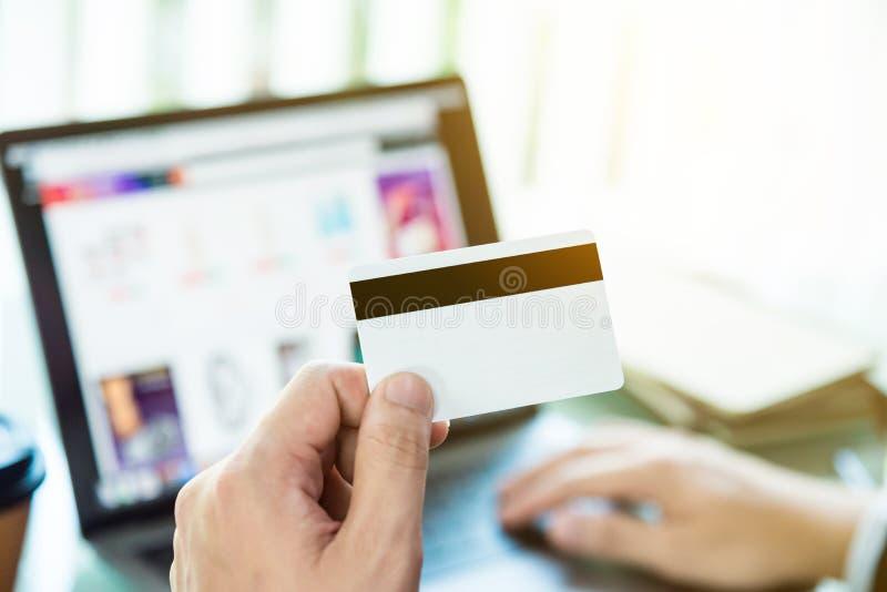 Mannen räcker framställning av online-betalning vid kreditkorten royaltyfria bilder