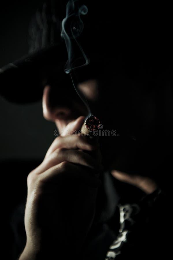 Mannen röker cigarren arkivfoto