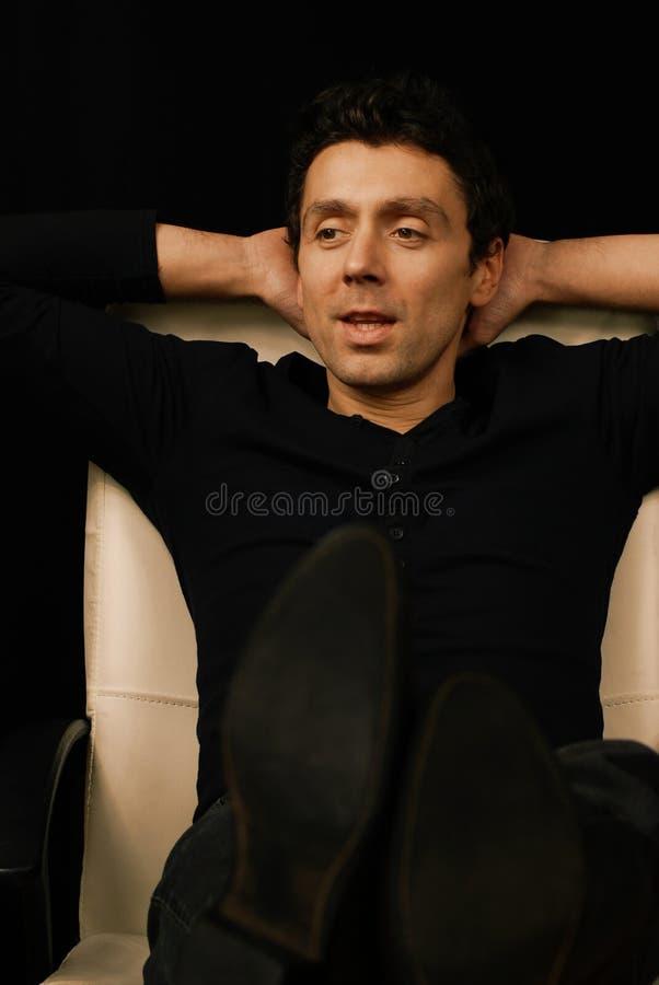 mannen reclines royaltyfri bild