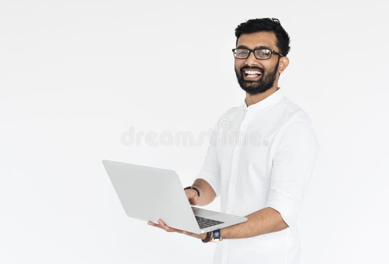 Mannen rymmer bärbar datorteknologibegrepp royaltyfri bild