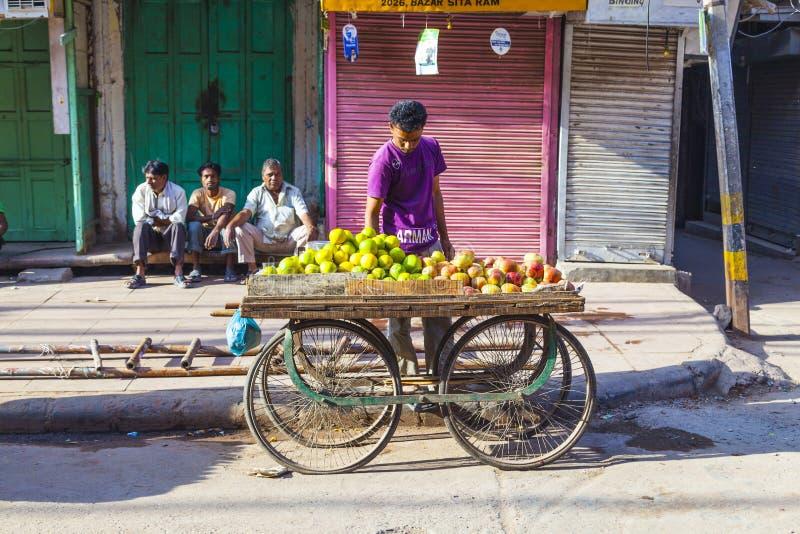 Mannen säljer frukter på grönsaken royaltyfria bilder