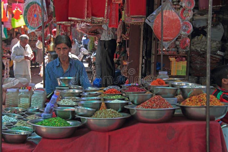 Mannen säljer något som är utomhus- i Ahmedabad, Indien arkivfoto