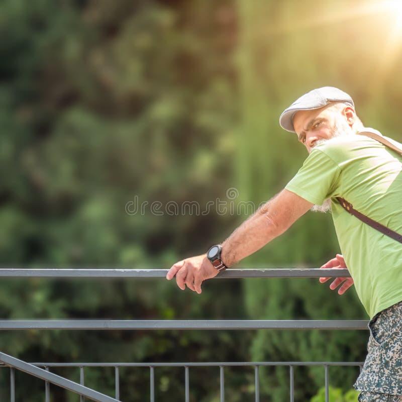 Mannen ser över hans skuldra arkivbilder