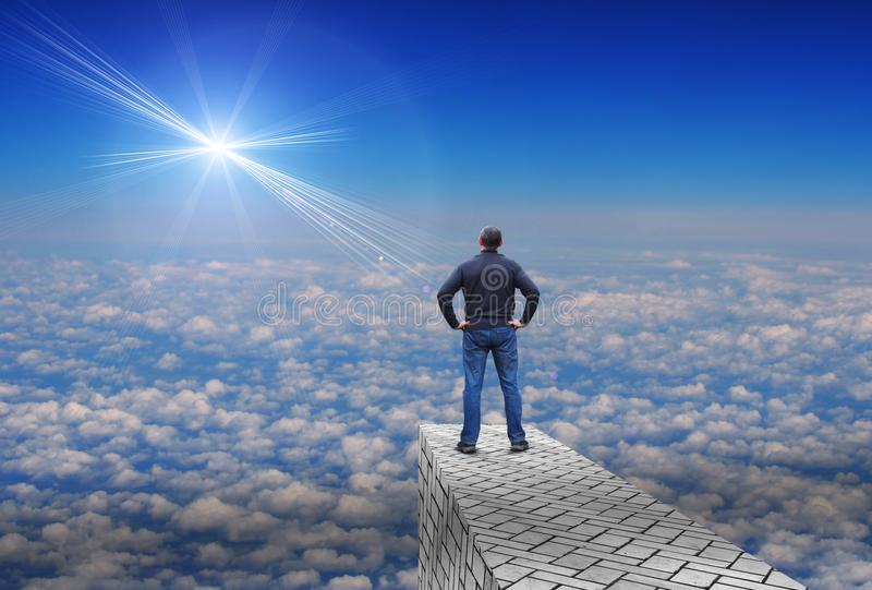 Mannen ser en avlägsen ljus stjärna ovanför horisonten royaltyfria foton