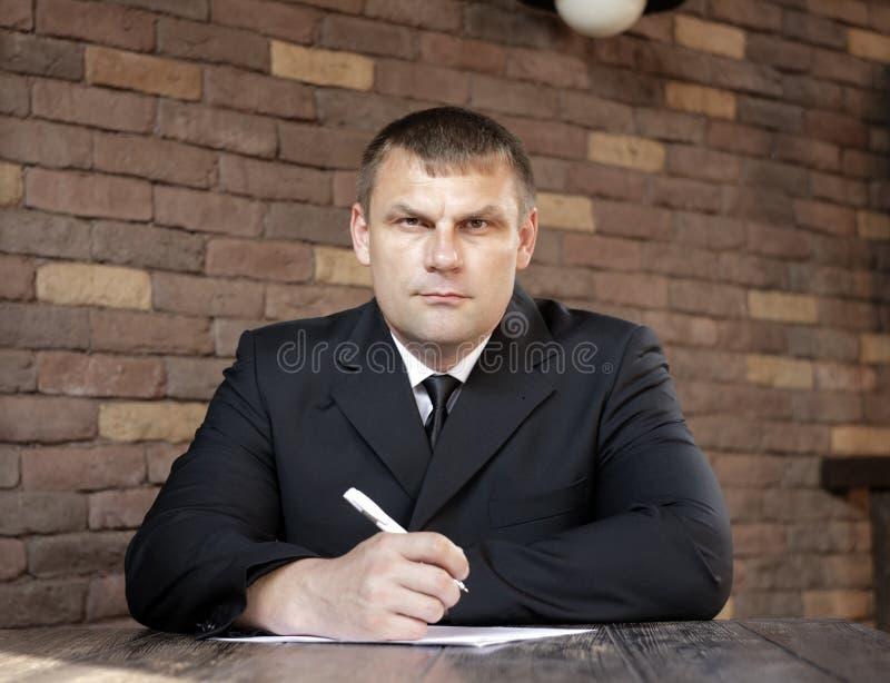 Mannen ska vara något att skriva arkivfoto