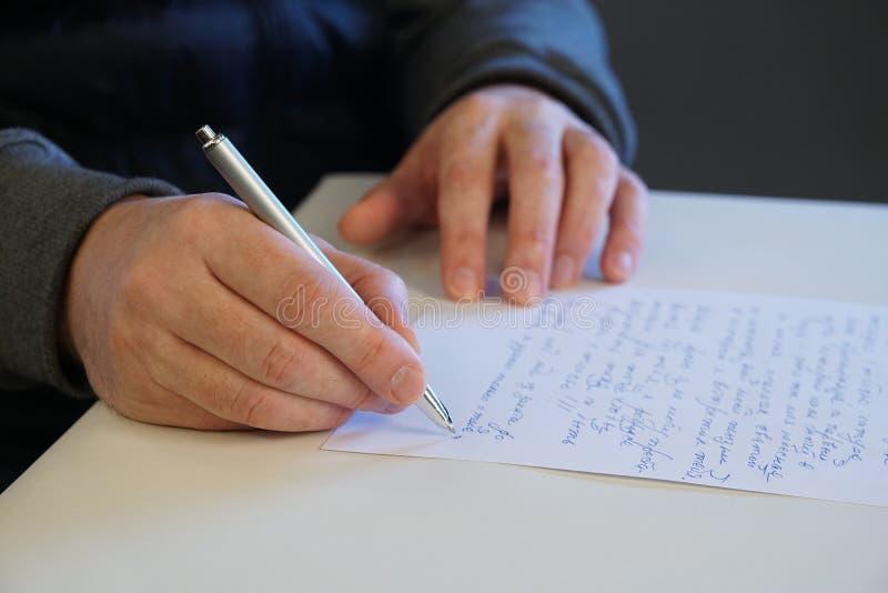 Mannen skrivar brevet royaltyfria foton