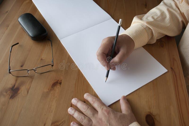 Mannen skriver t?tt upp arkivfoto