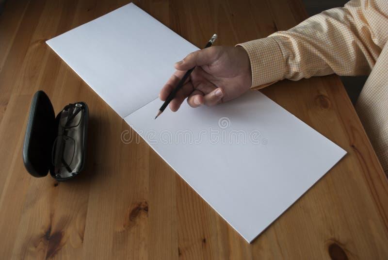 Mannen skriver t?tt upp arkivfoton