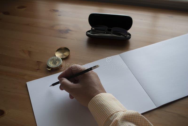 Mannen skriver t?tt upp royaltyfri bild