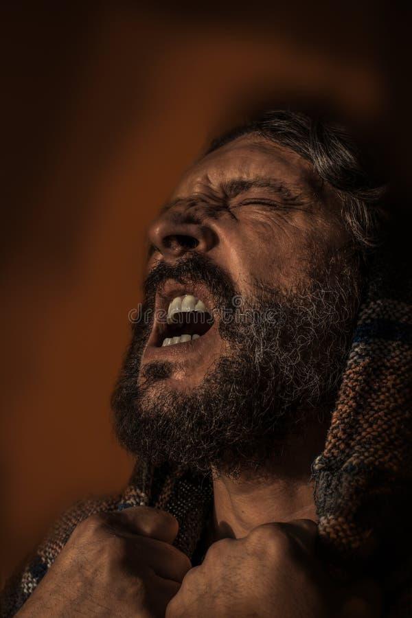 Mannen smärtar in och djup dödskamp royaltyfri fotografi