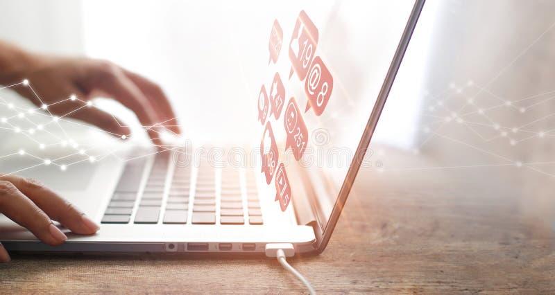 Mannen som använder bärbara datorn på socialt massmedia, knyter kontakt anslutning och kommunikation arkivbilder
