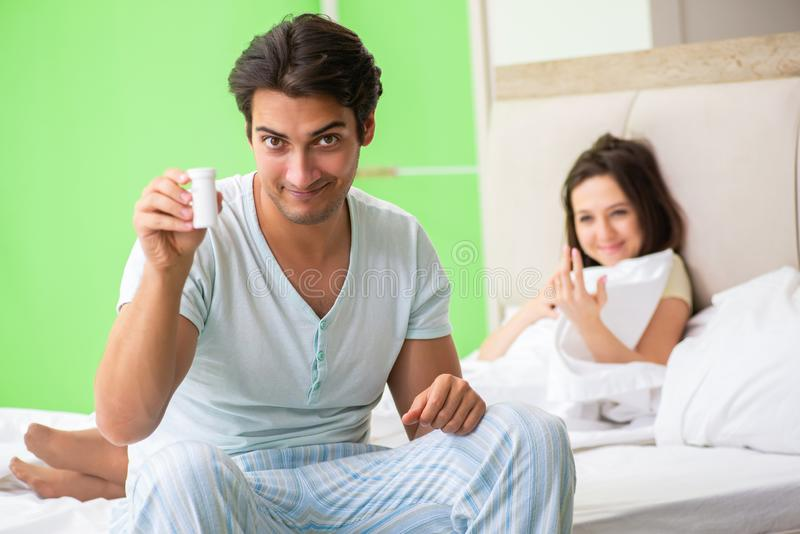 Mannen som använder preventivpillerar för kvinnatillfredsställelse arkivfoto